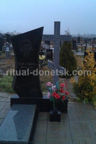 Памятник с ангелом Калининск Мемориальный комплекс с крестом Дальнереченск
