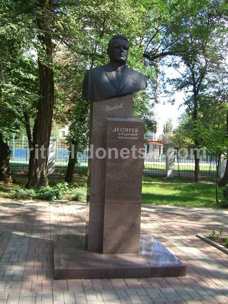 Изготовление фото на памятник у школы памятники с гранита фото и цены Новый Уренгой